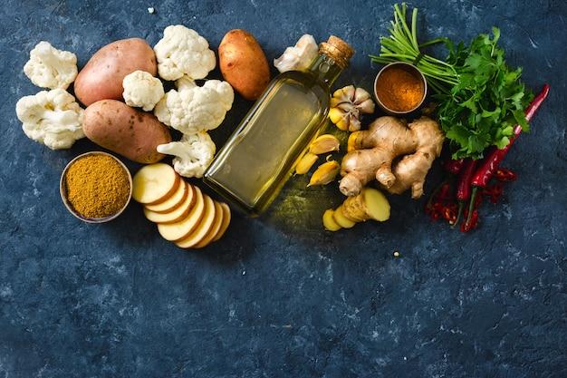 Stellen sie die bestandteile ein, die vegetarisches indisches teller aloo gobi gesunde nahrung kochen