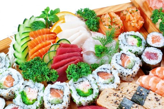 Stellen sie eine gruppe exotischer sushi ein.