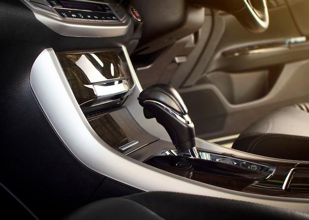 Stellen sie einen schalthebel am automatikgetriebe in einem luxusauto in die position p (parken).