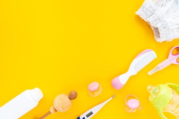 Stellen sie für kinderhygiene auf einem gelben hintergrund, draufsicht, flaches legen, kopierraum ein.