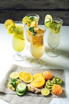 Stellen sie limonade mit eis im glashurrikan mit tropischen früchten ein