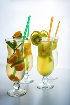 Stellen sie limonade mit eis in glas hurrikan mit tropischen früchten