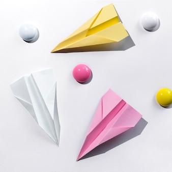 Stellen sie mit papierflugzeug auf schreibtisch ein