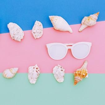 Stellen sie muscheln und sonnenbrillen ein. minimales kunstdesign