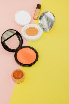 Stellen sie produkte her, die auf einen leuchtend gelben und rosa hintergrund mit kopierraum und minimalem stil gelangen