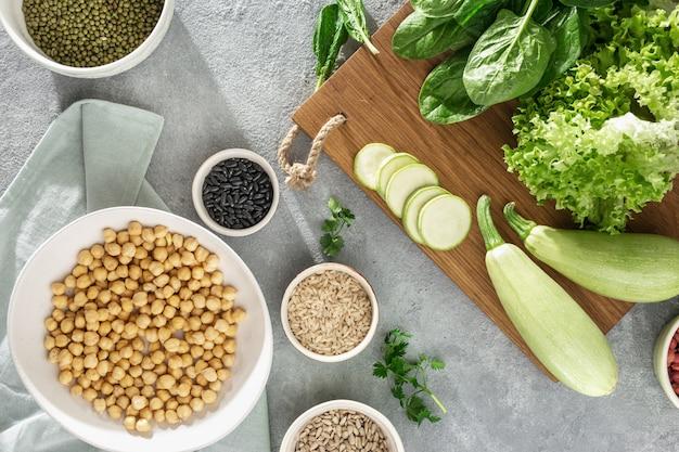 Stellen sie rohe nahrungsmittel ein, die draufsicht des vegetarischen lebensmittels kochen