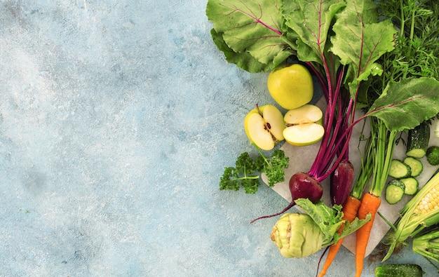 Stellen sie rohe zutaten für das kochen der draufsicht der vegetarischen mahlzeit ein