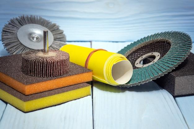 Stellen sie schleifwerkzeuge und schleifpapier in verschiedenen farben ein