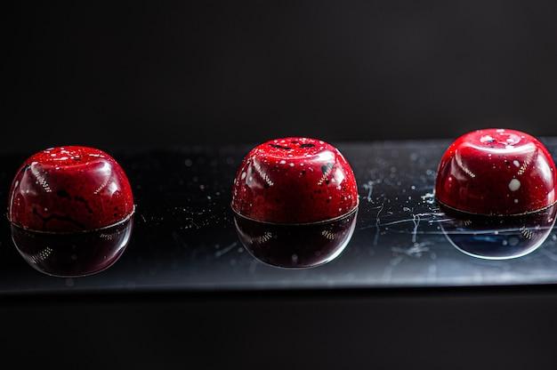 Stellen sie schokoladenbonbons für das neue jahr fest