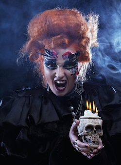 Stellen sie sich eine schöne fantasiefrau mit dem schädel vor. halloween-thema. party-thema.
