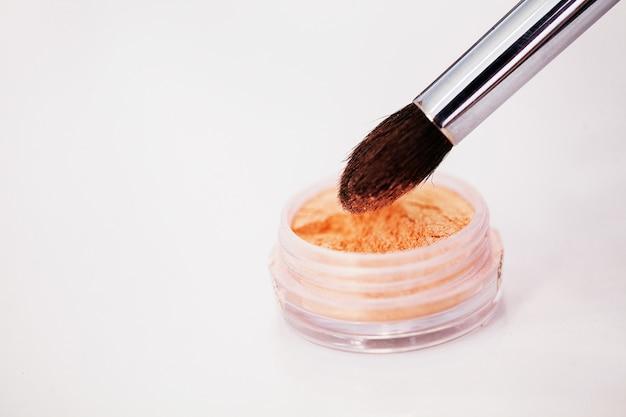 Stellt den make-up-pinsel für professionelle maskenbildner ein