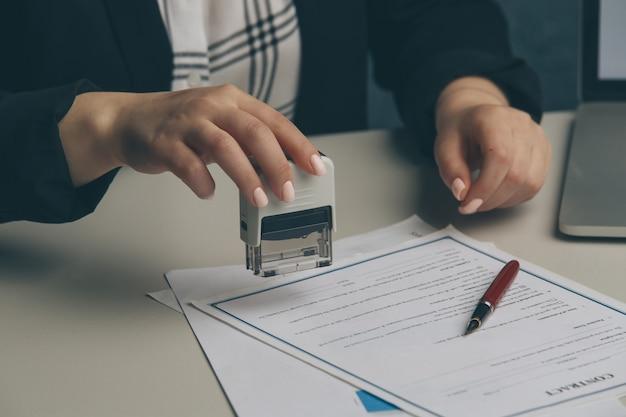 Stempelvereinbarung für weibliche notare, unternehmenssekretärin, offizielles dokument, gültigkeit.