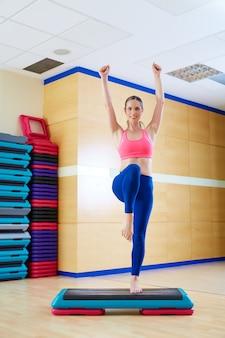 Stepper schritt frau übungstraining im fitnessstudio