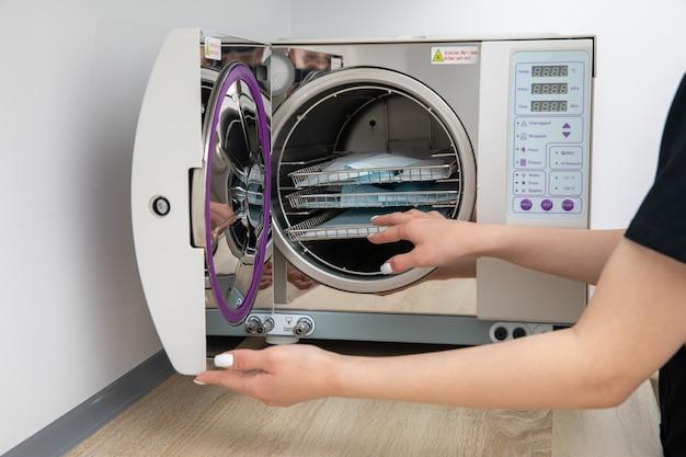 Sterilisieren von medizinischen instrumenten im autoklaven in der zahnarztpraxis