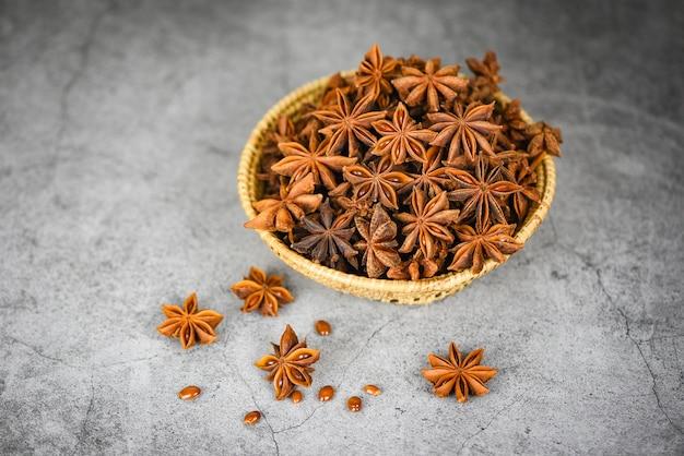 Sternanis im korb auf dunklen kräutern und gewürzen für das kochen des lebensmittels, frische anissternsamen