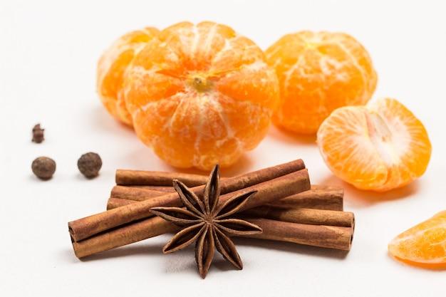 Sternanis und zimtstangen. geschälte mandarine. nahansicht