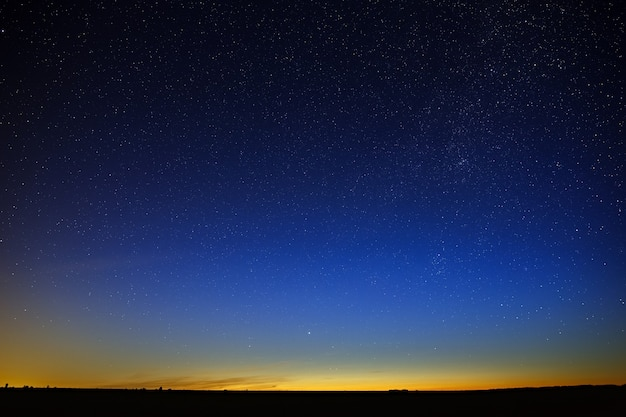 Sterne am nachthimmel. ein blick auf den weltraum in der abenddämmerung.