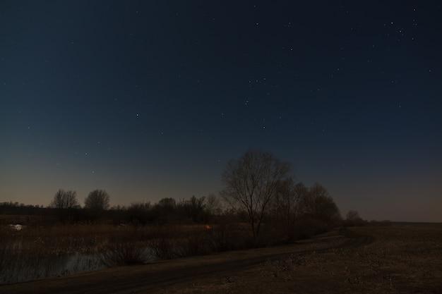 Sterne am nachthimmel über dem fluss. vorfrühling in zentralrussland.