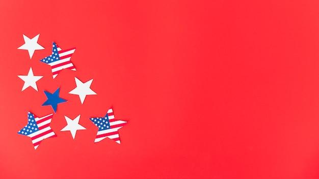 Sterne in der farbe der amerikanischen flagge auf roter oberfläche