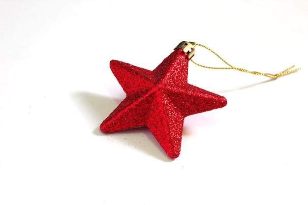Sterne schmücken den roten weihnachtsbaum, der auf einem weißen hintergrund lokalisiert wird.