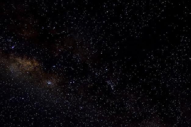 Sterne und galaxie weltraum himmel nacht universum schwarzer sternenhintergrund des glänzenden sternenfeldes