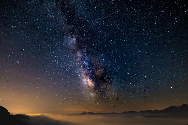 Sternenhimmel in großer höhe im sommer erfasst