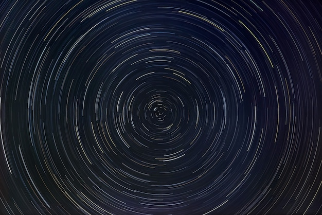 Sternenhimmel mit sternspurorientierung auf dem nordstern.