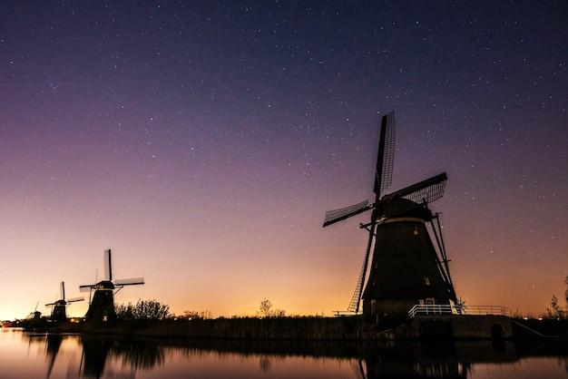 Sternenhimmel über holländischen mühlen.