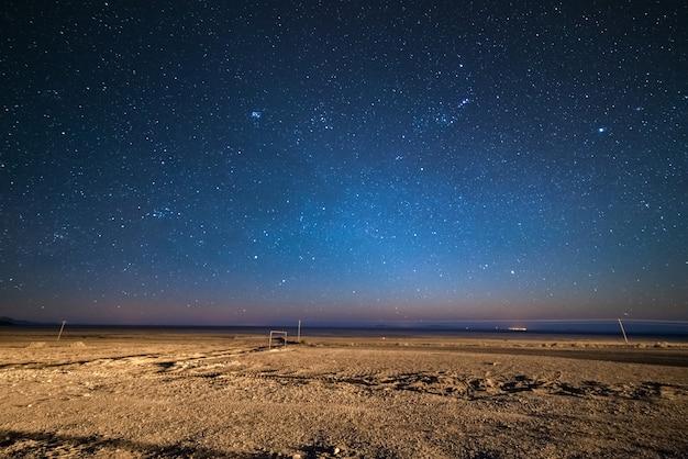 Sternenklarer himmel auf dem desertic andenhochland, bolivien