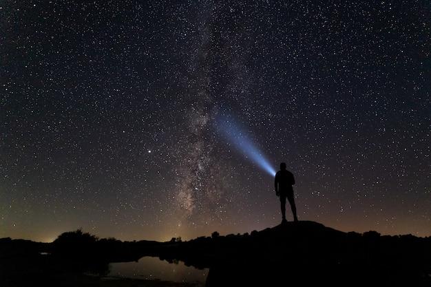 Sternennachtlandschaft mit menschlicher silhouette