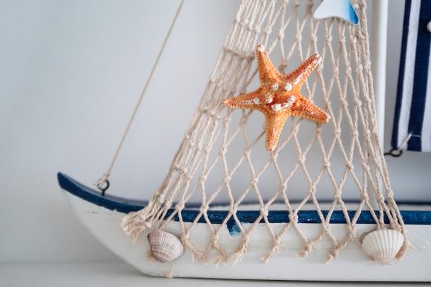 Sternfisch und netz mit muschel auf dem boot