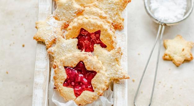 Sternförmige kekse gefüllt mit preiselbeersauce