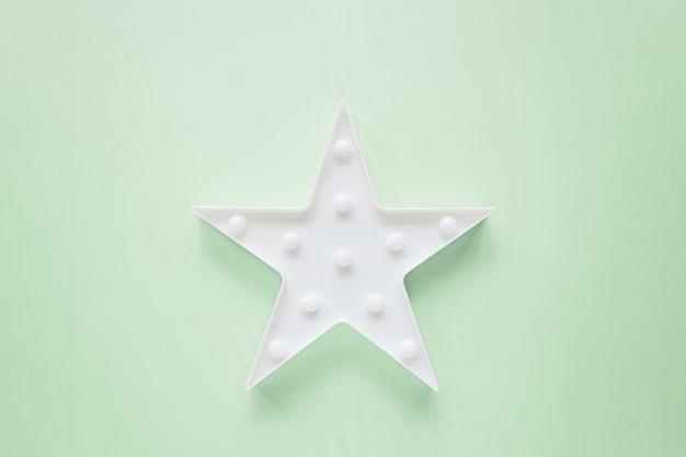 Sternförmige weiße led beleuchtet lampe auf grün