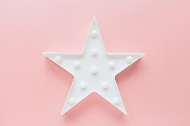 Sternförmige weiße led-lampe auf rosa