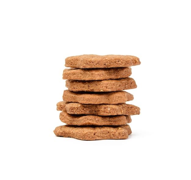 Sternförmiger gebackener schokoladen-lebkuchen-keks lokalisiert auf weißem hintergrund, stapel