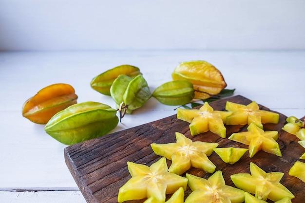 Sternfrucht auf der weißen tabelle