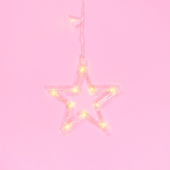 Sterngirlande auf einem rosa hintergrund