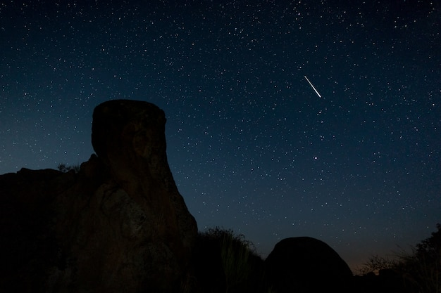 Sternschnuppe. nachtfotografie im naturgebiet von barruecos. extremadura. spanien.