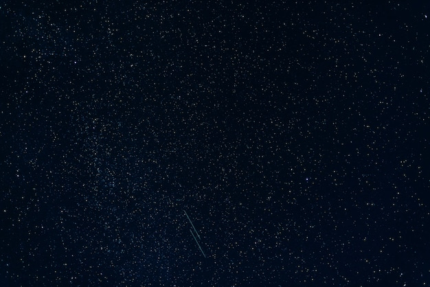 Sternschnuppen gegen sternenklares blau des nächtlichen himmels mit milchstraße