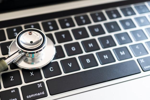 Stethoskop am computer. computer- oder datenanalysekonzept