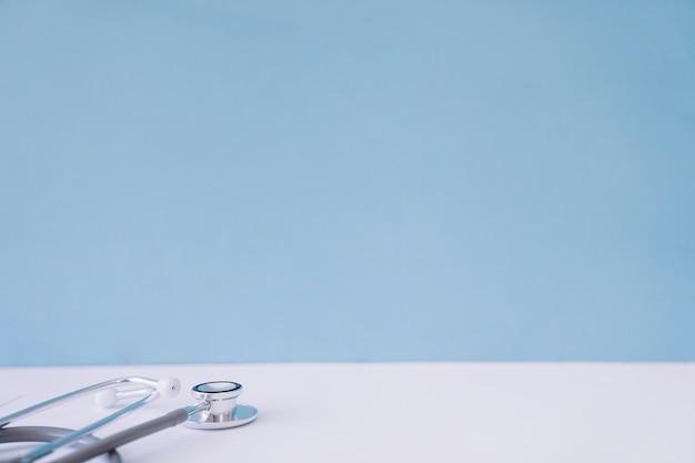 Stethoskop am schreibtisch des arztes
