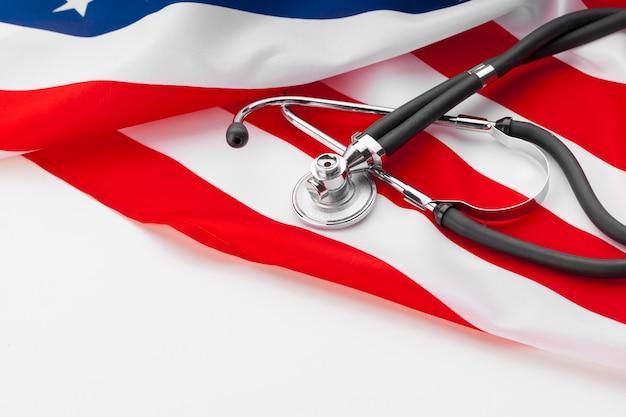 Stethoskop auf amerikanischer staatsflagge, abschluss oben