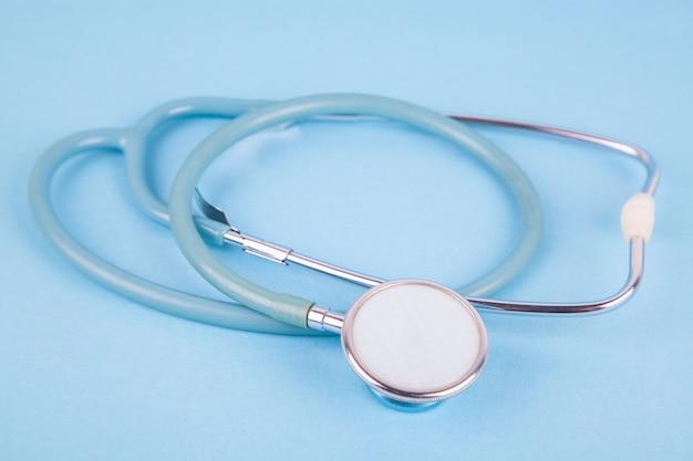 Stethoskop auf blauem hintergrund. .