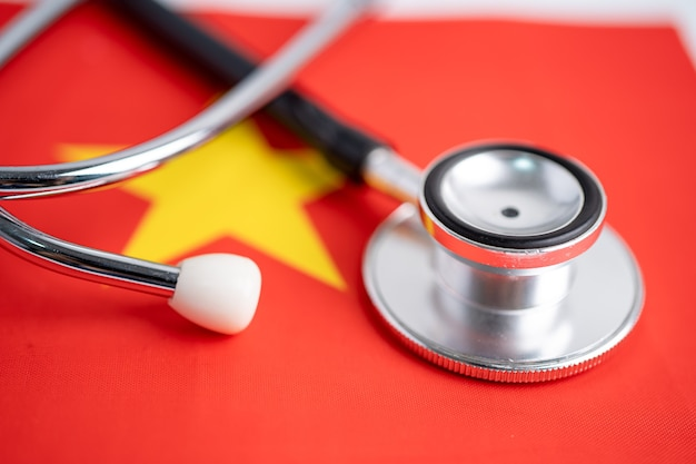 Stethoskop auf china-flagge, problem des geschäfts- und finanzkonzepts überprüfen.