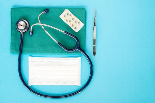 Stethoskop auf dem blauen hintergrund
