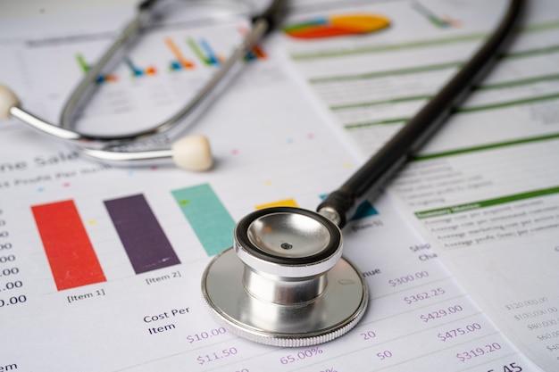 Stethoskop auf diagrammen und diagrammpapier, finanzen, konto, statistik, investitionen, analytische forschungsdatenwirtschaft und geschäftskonzept.