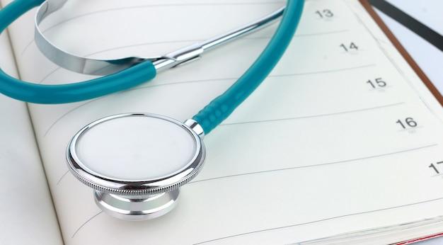Stethoskop auf einem notizbuch