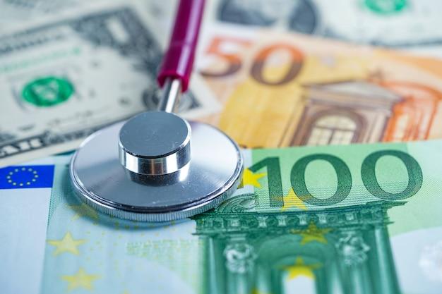 Stethoskop auf euro-banknoten.