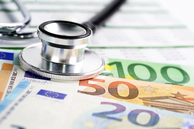 Stethoskop auf euro-dollarbanknoten-, finanz- und geschäftsunternehmenssitzungskonzept