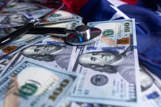 Stethoskop auf geld dollar bargeld währung banknote hintergrund verwendung für gesunde finanzen